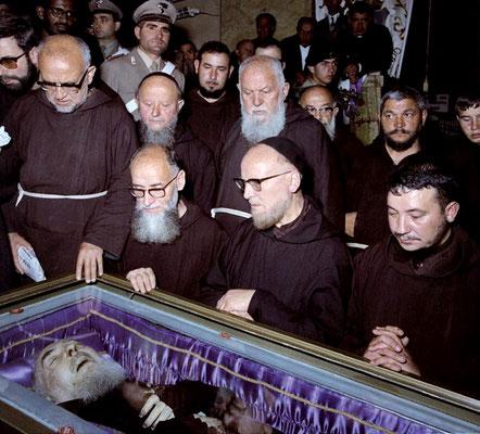 L'omaggio alla salma degli altri confratelli, tra i quali padre Alberto D'Apolito da S. Giovanni Rotondo (al centro), uno dei suoi più sinceri biografi