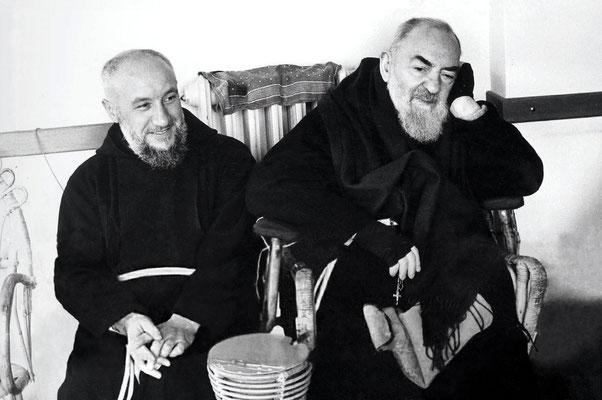 Padre Alessandro da Ripabottoni, ritratto accanto a Padre Pio, nel periodo in cui fu di famiglia a San Giovanni Rotondo (ottobre 1964-settembre 1965), dopo il doloroso, forzato trasferimento a Novara