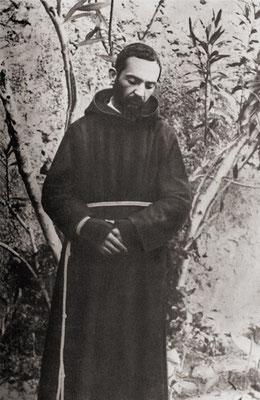 Ancora Padre Pio fotografato nel giardino del Convento di San Giovanni Rotondo (9 agosto 1919)