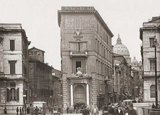Piazza Pia con l'inizio della Spina di Borgo agli inizi del Novecento. Sullo sfondo, la Cupola di San Pietro. La Spina di Borgo verrà demolita da Mussolini a partire dal 1936, per fare spazio alla Via della Conciliazione, ultimata nel 1950