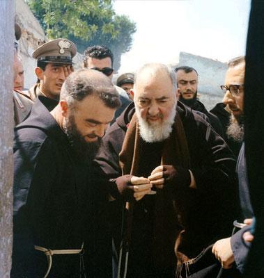 Padre Pellegrino sostiene Padre Pio; all'altro lato padre Alessio Parente da Montefusco
