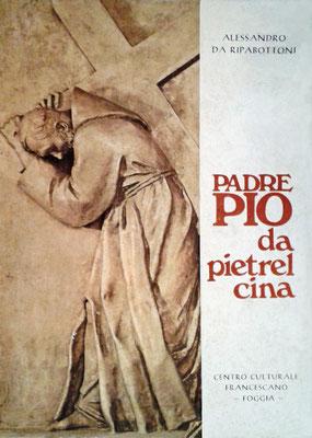 """Sovraccoperta della biografia """"Padre Pio da Pietrelcina. Un Cireneo per tutti"""", edita nel 1974 dal Centro Culturale Francescano di Foggia. Esiste un'edizione quasi identica, con l'imprimatur del Ministro generale dei Cappuccini, poi revocato"""