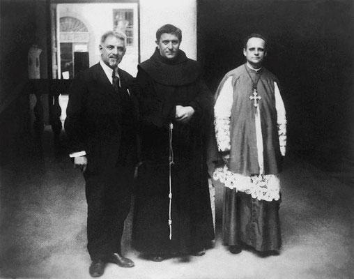 Al centro, padre Agostino Gemelli (1878-1959). Il 18 aprile 1920, di passaggio a S. Giovanni, chiese al Frate di vedere le stimmate, ma lui oppose un rifiuto per mancanza di permesso superiore. Gemelli, offeso, stilerà su di lui due rapporti diffamatori