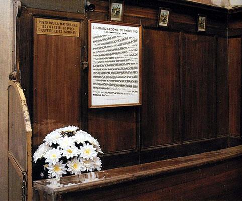 Lo stallo del coro in cui sedeva il venerato Padre, segnato da un omaggio floreale