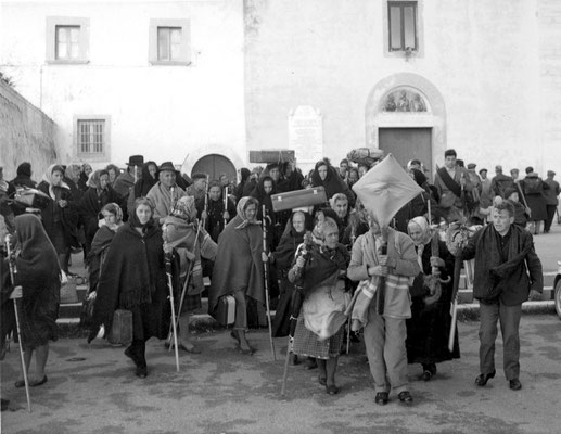 """Una """"compagnia"""" di pellegrini riparte dal convento di S. Giovanni Rotondo, ulteriore tappa verso i santuari di S. Michele, dell'Incoronata di Foggia e di S. Nicola di Bari"""