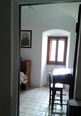 """La finestra della cella di Fra Pio, nel convento di Sant'Elia a Pianisi dalla quale, nel settembre 1905, il """"mostruoso cane"""" balzò verso il tetto"""