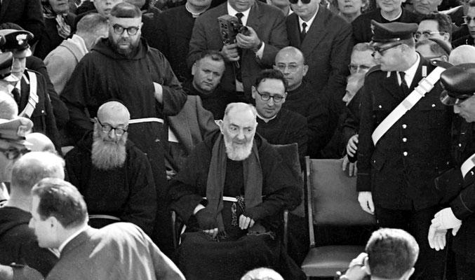 """1° a sinistra, padre Clemente da Santa Maria in Punta (1904-1986), Amministratore apostolico della religiosa Provincia di Sant'Angelo dal 1963 al 1970, """"oppressore morale di Padre Pio e ombra nera per tutta la Provincia"""" (G. Pagnossin)"""