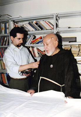 """Padre Gerardo nella sua funzione di delegato per il mensile """"Voce di padre Pio"""", organo della causa di beatificazione e canonizzazione, da lui diretto dalla sua fondazione (1970) al 2001"""