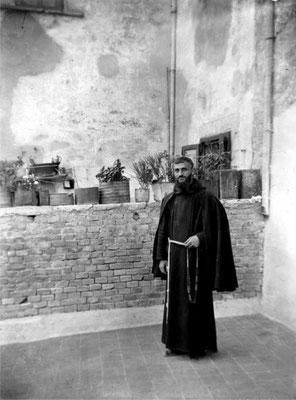 Nel 1905, per mancanza di preti, mons. Gianfelice l'affidò ai Cappuccini, che ancora la tengono. Qui vediamo un frate nel cortile. I religiosi erano obbligati a dormire in sagrestia, in cucina o addirittura in chiesa. Il convento fu eretto solo nel 1940