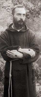 A scattare questa fotografia, rimasta famosa, fu padre Placido Bux, che diede precise indicazioni al confratello circa la postura da assumere, così come gli era stato raccomandato dal suo Superiore provinciale (9 agosto 1919)