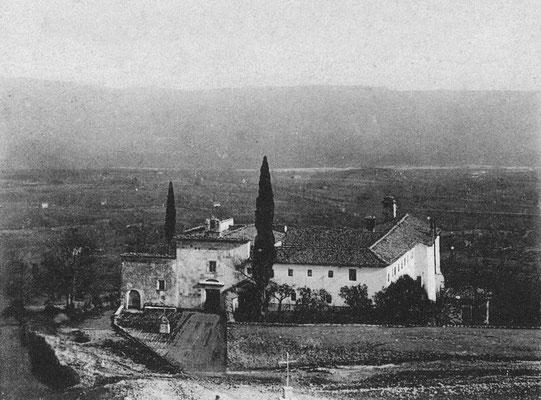 Veduta del convento di Morcone ai primi del Novecento. Sede di noviziato, fu proprio qui che il quindicenne Francesco Forgione entrò una prima volta il 6 gennaio 1903. Vi ritornerà ancora, come ad esempio durante la consacrazione a diacono