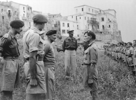 Il gen. Montgomery ispeziona parte delle truppe sbarcate a Termoli