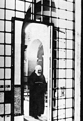 A seguito delle disposizioni di mons. Maccari, tra gli altri provvedimenti restrittivi ci fu l'allestimento di una cancellata metallica che occludeva il varco tra la nuova e la vecchia chiesa delle Grazie, proprio per impedire il grande afflusso di devoti