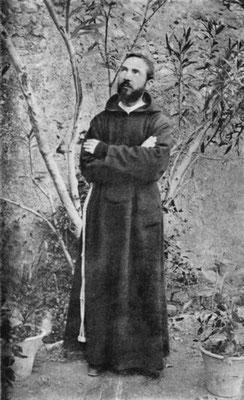 Ancora Padre Pio, in questa foto che lo ritrae in atteggiamento estatico (agosto 1919)