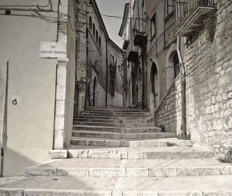 Via Anselmo Chiarizia, accanto alla chiesa di S. Leonardo, nel cuore del Centro storico di Campobasso; da qui inizia la lunga ascesa - gradinata  e non - fino al Santuario della Madonna del Monte (820 m s.l.m.)