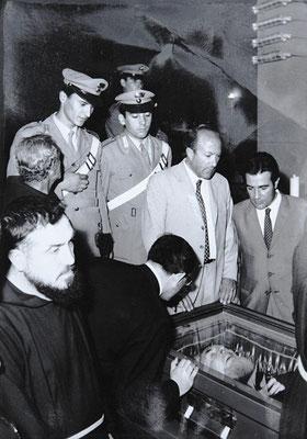 L'omaggio di padre Paolo alla salma del venerato Confratello, esposta al pubblico (24 settembre 1968)