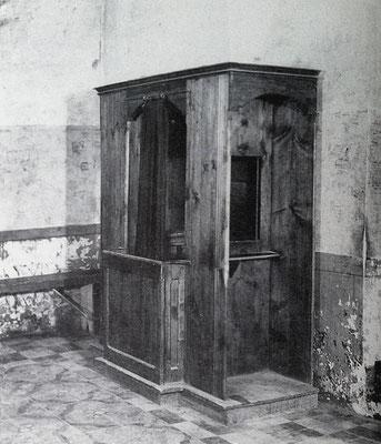 Un diverso confessionale di legno, adagiato in un angolo della vecchia sagrestia, accanto alla finestra [foto Mastrorilli]