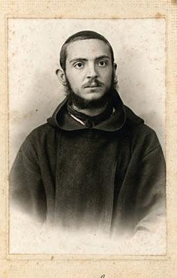 La prima immagine di cui disponiamo, di lui giovane cappuccino, scattata a Napoli nell'ottobre 1911, dove era stato accompagnato per una visita medica, alla fine inconcludente