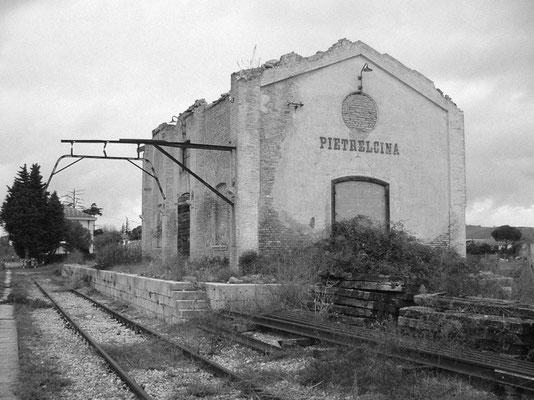 Il vecchio Scalo merci di Pietrelcina, costruito nel 1881 - ora a ridosso della nuova stazione passeggeri -, dove  fra' Pio scendeva durante i suoi numerosi spostamenti in treno
