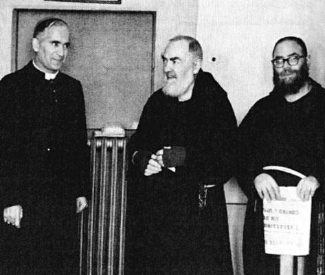 """A destra, Padre Pio con padre Rosario da Aliminusa (1914-1983). In seguito alla visita di Maccari, dalla Sicilia venne nominato nuovo guardiano a S. Giovanni, dove giunse nel settembre 1960. Per oltre tre dolorosi anni fu il """"carceriere"""" del Padre"""