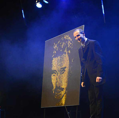 Portrait en paillettes or par le peintre performer EriK BLACK - Live show en France