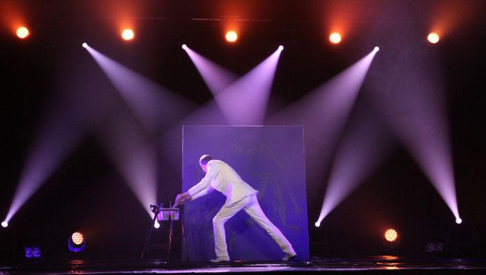 le peintre performer erik black sur scène lors d'une performance live