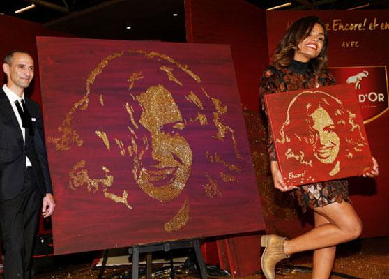 Laurence Roustandjee prend la pose à côté de son portrait paillettes