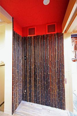 [入り口付近]岡山市北区岩田町 ラーメン店 海老そば 三十郎の店舗内装