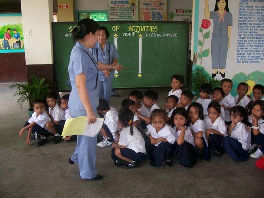 Hier sehen Sie einige Grundschüler, die mit einer Schuluniform unterstützt wurden.