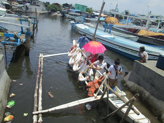 Manche Jugendliche sind auf die Überfahrt mit einem Boot angewiesen um zur Hochschule zu gelangen.