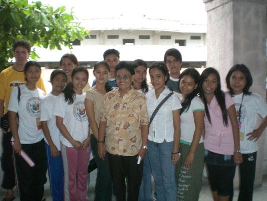 Das Hauptaugenmerk unseres Hilfsprojekt liegt auf dem Stipendienprogramm. Hier sehen Sie die ersten 13 Studenten, welche bereits ab Sept. 2007 mit einem Komplettstipendium unterstützt werden konnten.