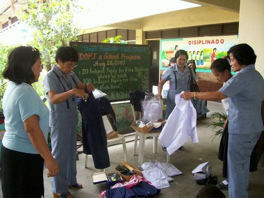Des Weiteren erhielten die Schüler ihre Schulbücher finanziert.