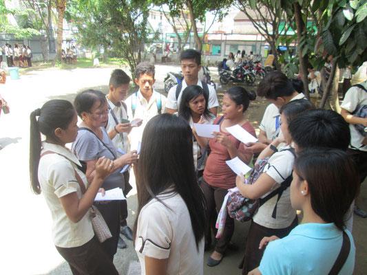 Da es im Slum von Manila keine Straßennamen, sondern nur schmale Pfade gibt, ist die genaue Organisation der Interviews sehr wichtig, um die Jugendlichen und deren Eltern zu Hause interviewen zu können.