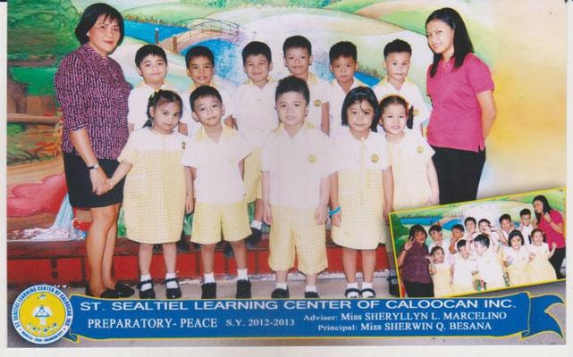 Stolz schickte uns eine ehemalige Stipendiatin ein Foto von ihrer Grundschulklasse, in der sie Klassenlehrerin ist (rechts).
