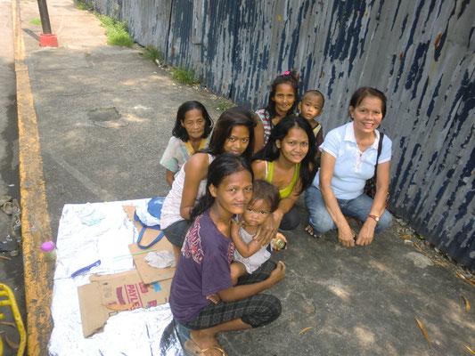 Ate Jane mit einigen ihrer obdachlosen Freunden.