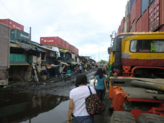 Hier sehen Sie unsere ehrenamtliche philippinische Mitarbeiterin Ate Jane und einige Bewerber auf dem Weg zu den Stipendiaten nach Hause.