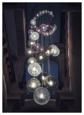 ...und beeindruckendem Leuchter im Treppenhaus.
