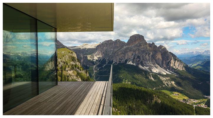 Blick von der Piz Boè Alpine Lounge zum Sassongher
