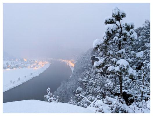 Winterabend am Backofen mit Blick auf die Lichter von Rathen