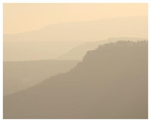 ...auf die Silhouetten des Elbsandsteingebirges.