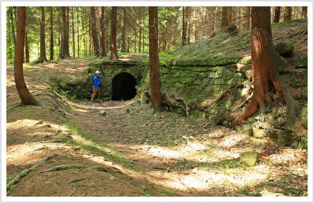 """Der Wassergraben mit dem Mundloch des """"Langen Stollens"""""""