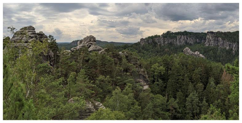 weite Aussicht vom Honigsteinrücken über die Rathener Felsenwelt