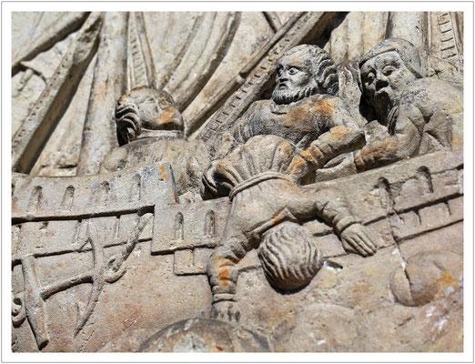 """Sandsteinrelief """"Jona und der Wal"""""""