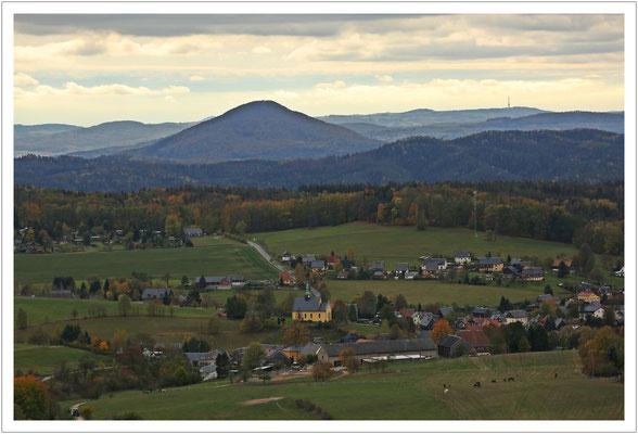 Blick zum Rosenberg (Růžovský vrch) und zum Fernsehturm auf dem Zinkenstein (Buková hora)
