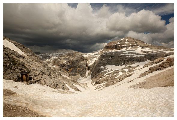 WC alpinistico (links) an der Pordoihütte, hinten rechts der Piz Boè