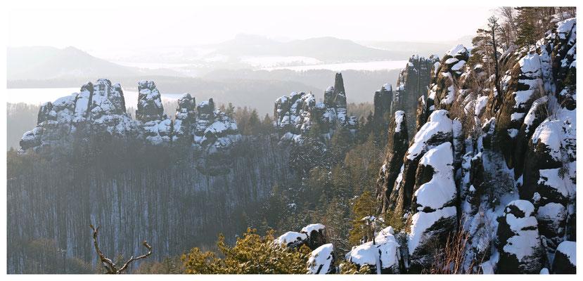 die Felsen der Vorderen Torsteinkette der Schrammsteine