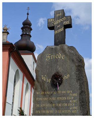 ...die Kirche von Hainspach mit sehenswertem Weltkriegsdenkmal