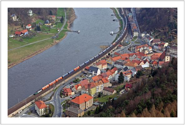 Ein Klassiker: Güterzug auf der Elbtalbahn in Königstein