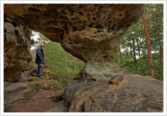 Die Pudelsteinhöhle mit einer sehr schönen Verwitterung in Form der sog. Sanduhr