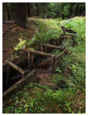 Hier ist die ursprüngliche Holzkonstruktion des Grabens sehr gut erkennbar.